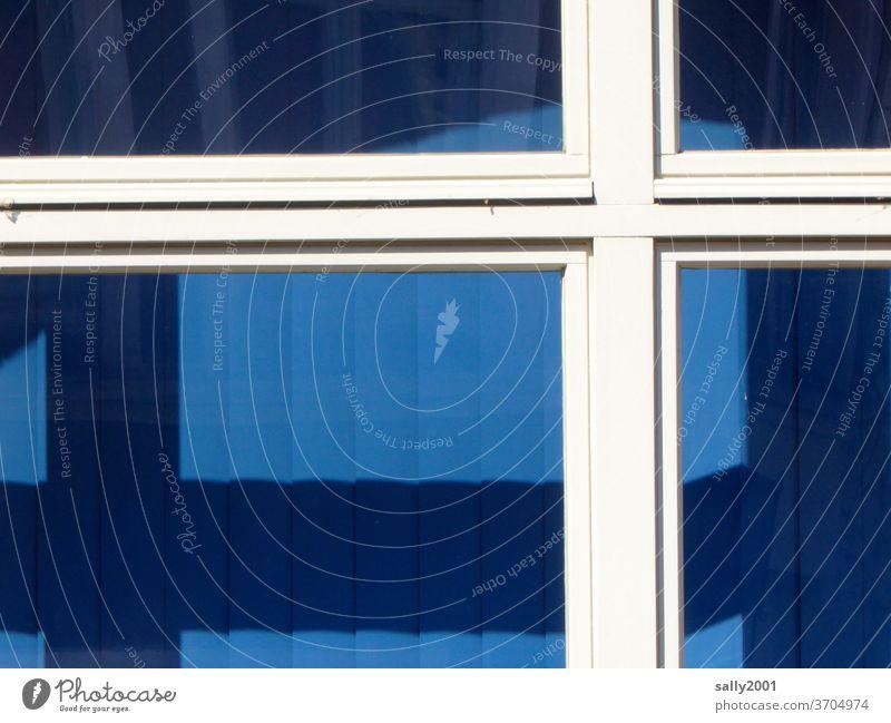 weiß auf blau... Fenster Fensterrahmen Kreuz Jalousie Haus geschlossen zu Lamellenjalousie Schatten Flagge Fensterkreuz Kontrast Detailaufnahme