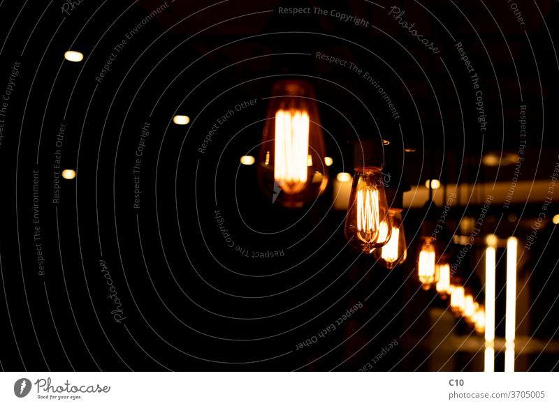 Beleuchtete Retro-Glühlampen Hintergrund schwarz hell Knolle dunkel dekorativ Design Elektrizität Abend glühen glühend gold beleuchtet Illumination Lampe Licht