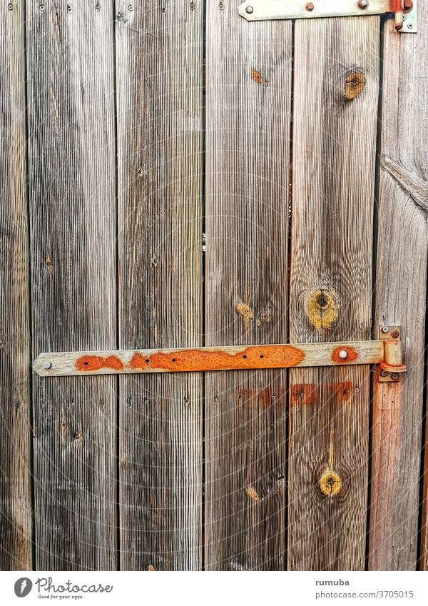 Alte Holztür mit Metallverschluss alt Tür Tor verschlossen geschlossen Eingang Eingangstür Griff Schloss Strukturen & Formen Sicherheit Holztor Eingangstor