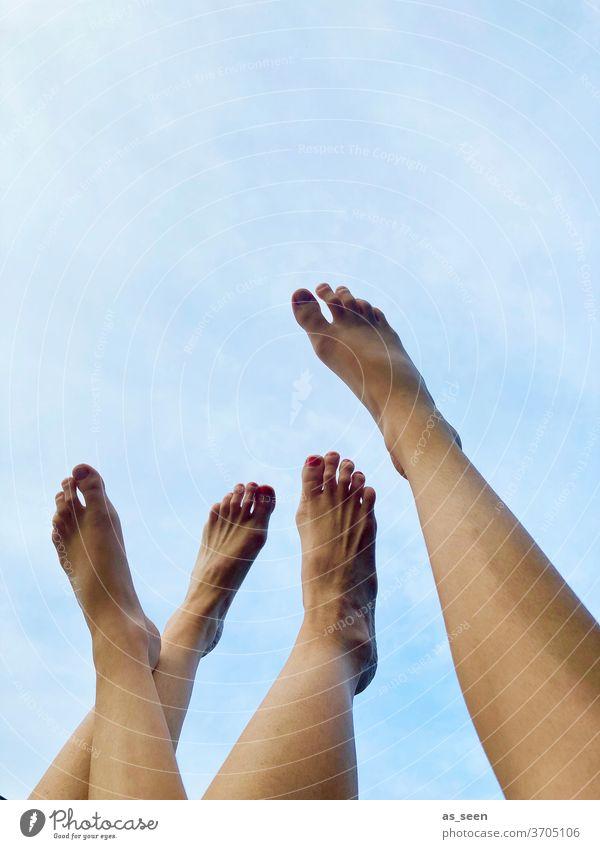 Füße gegen den Himmel Spaß Urlaub Freizeit Sommer Erholung Ferien & Urlaub & Reisen Außenaufnahme Strand Fuß Zehen Barfuß Beine strecken Entspannung Familie