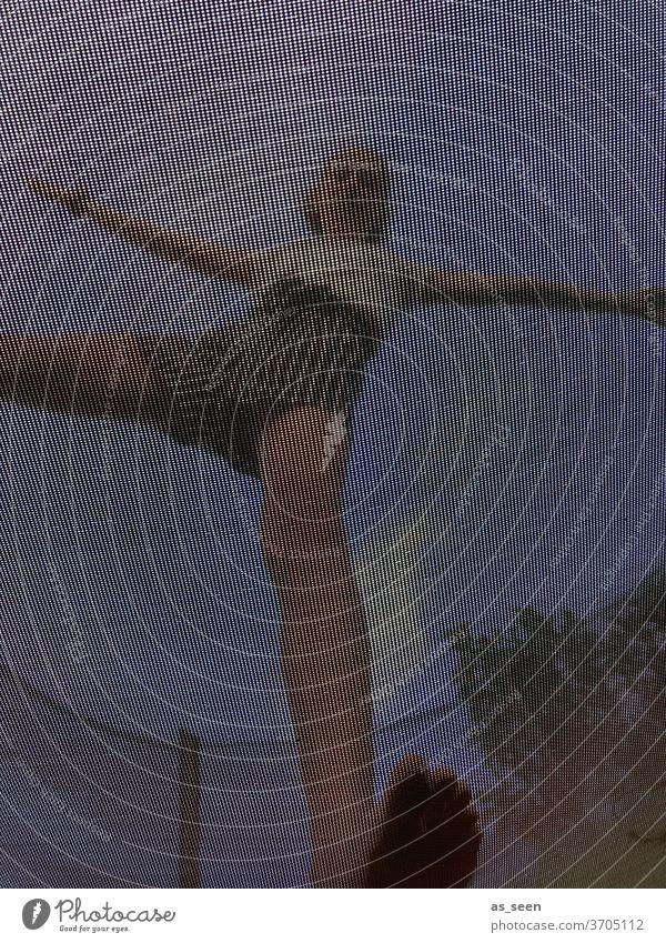 Auf dem Trampolin Netz Handstand Mädchen Froschperspektive von unten Sprungtuch ungewöhnlich Hände Fitness Garten Spaß zuhause Urlaub Freizeit Freude Sommer