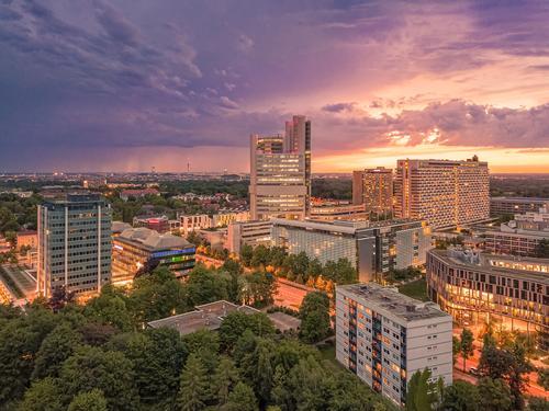 München von oben, ein Panorama-Droneshot am farbenprächtigen Abend. Dröhnen hoher Winkel Sonnenuntergang Büro Architektur Leben modern Schönheitsschuss typisch