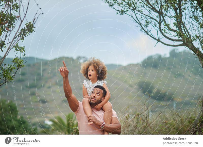 Ethnischer Vater und Tochter erkunden die Natur Zusammensein Sommer gemischte Rasse neugierig Kind Punkt Eltern Papa ethnisch Liebe Lifestyle Partnerschaft