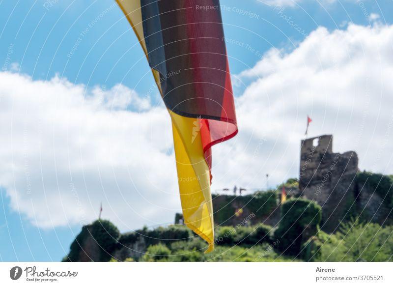 Besitz anzeigend Fahne wehen oben Burg Deutsche Flagge Burgruine Ruine Beflaggung Wolken schönes Wetter schwache Tiefenschärfe schwarzrotgold Flussfahrt