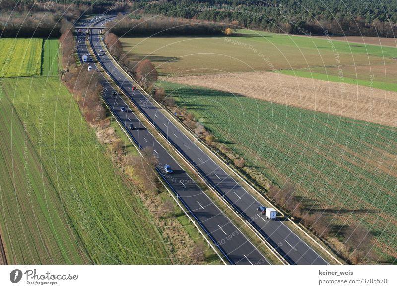 Landschaft mit zweispuriger Bundesstraße als Luftbild landschaft bundesstraße transport Verkehr autos kfz lkw Verkehrswege lastkraftwagen schwerlastverkehr