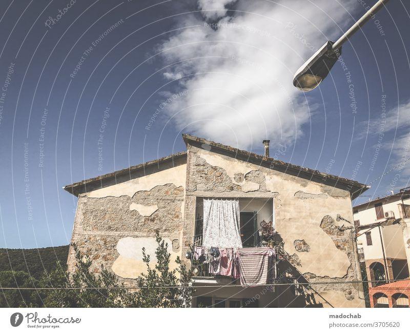 Südländischer Lebensraum Wohnen Haus Fassade Wäsche Italien südländisch Toskana Altstadt Fenster Außenaufnahme Dorf Häusliches Leben Wäscheleine Wäsche waschen