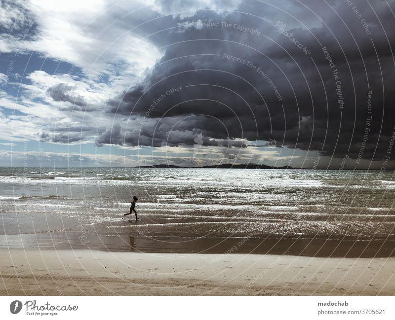 Es wird Regen geben Unwetter Sturm Wolken Himmel Strand Meer dramatisch Gewitter Wetter dunkel Gewitterwolken bedrohlich Klima Klimawandel Urelemente Landschaft