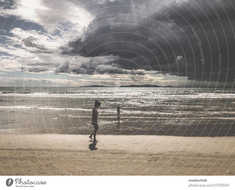 Aufziehender Sturm Unwetter Wolken Himmel Strand Meer dramatisch Regen Gewitter Wetter dunkel Gewitterwolken bedrohlich Klima Klimawandel Urelemente Landschaft