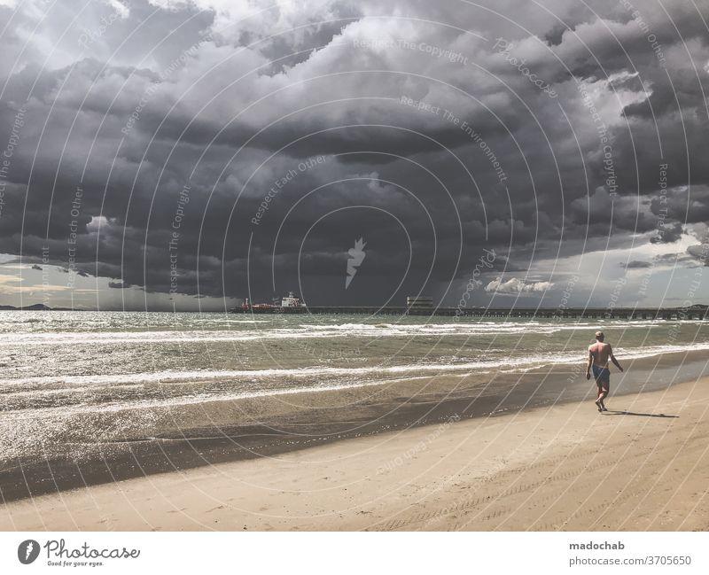 Einsam Unwetter Sturm Wolken Himmel Strand Meer dramatisch Regen Gewitter Wetter dunkel Gewitterwolken bedrohlich Klima Klimawandel Urelemente Landschaft