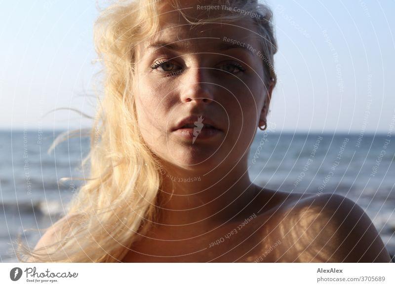 Portrait einer jungen, blonden Frau vor der Ostsee junge Frau Mädchen 18-20 Jahre schlank schön lockig sinnlich natürlich grüne Augen lange Haare langhaarig