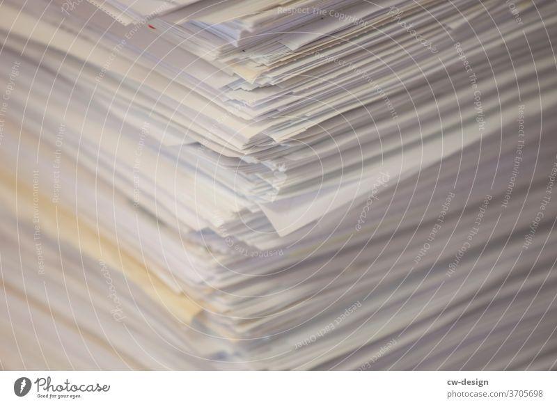 Papierstapel Papiermüll Papierfetzen papierschnitt Farbfoto Menschenleer Textfreiraum oben Textfreiraum unten Nahaufnahme Textfreiraum links Textfreiraum Mitte