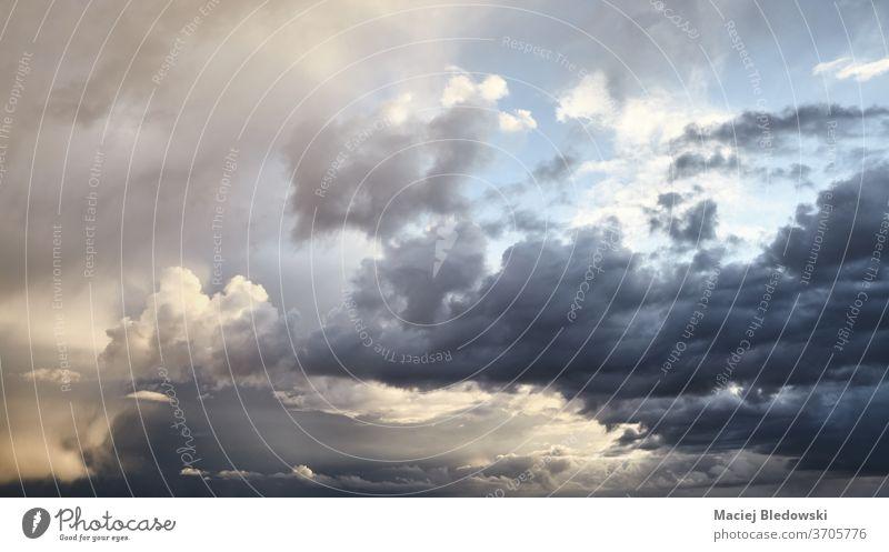 Dramatische Wolkenlandschaft vor dem Sturm bei Sonnenuntergang. Himmel Natur Cloud dramatisch Unwetter regnerisch Wetter Bild Ansicht keine Menschen nur Himmel