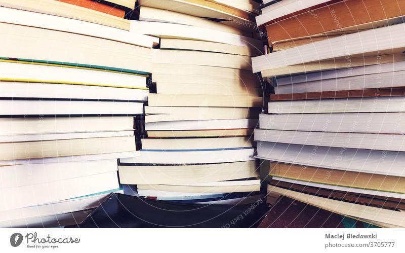 Stapel alter Bücher. Buch Bibliothek Bildung Literatur Weisheit Papier Buchhandlung Sammlung lernen Wissenschaft Schule Haufen Lernen lesen gefiltert Einfluss