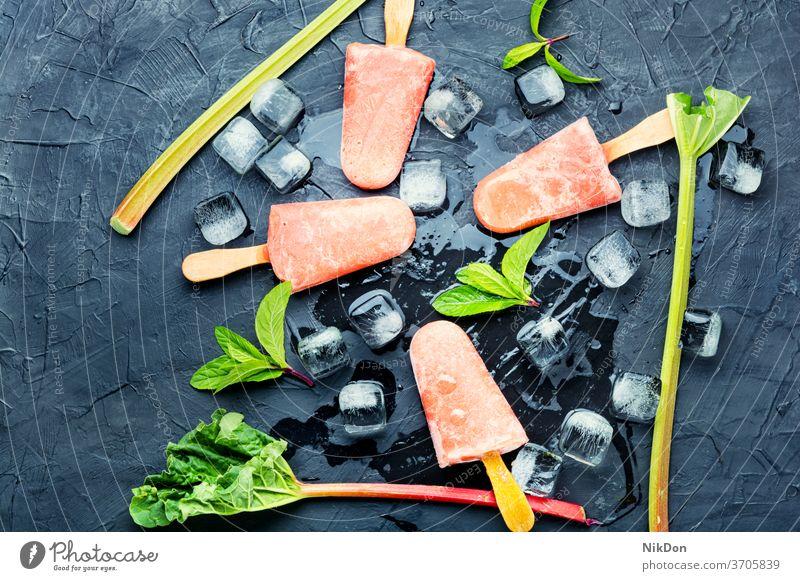 Vegetarisches Rhabarber-Eis Speiseeis Minze kleben Sommer selbstgemacht Dessert süß Lebensmittel Eisbecher kalt gefroren Eiscreme natürlich Rhabarber-Eiscreme