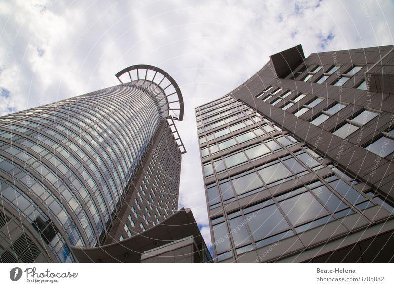 Rund trifft Ecken: Blick himmelwärts auf Wolkenkratzer aufwärts hoch Himmel bewölkt wolkenkratzer Hochhausfassade rund eckig Vordach Glas Beton Stadt