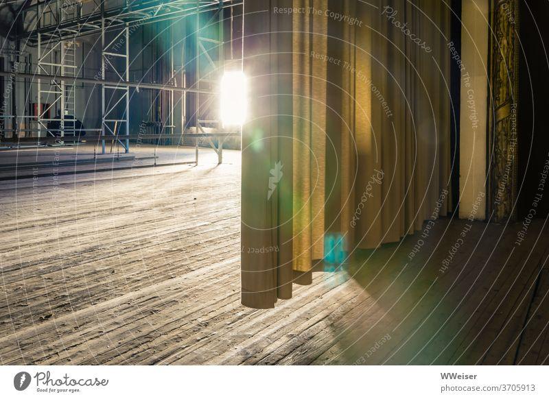 Nur die Abendsonne beleuchtet die verlassene Bühne Lost Place Theater Hinterbühne Kulissen Aufbau Gerüst Beleuchtung Vorhang leer vergessen keine Vorstellung