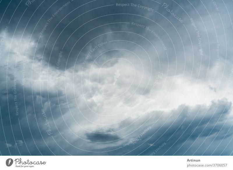 Dunkler dramatischer Himmel und Wolken. Hintergrund für Tod und trauriges Konzept. Hintergrund zum Halloween-Tag. Donner und Gewitterhimmel. Trauriger und launischer Himmel. Hintergrund zur Natur. Toter abstrakter Hintergrund. Wolkenlandschaft.