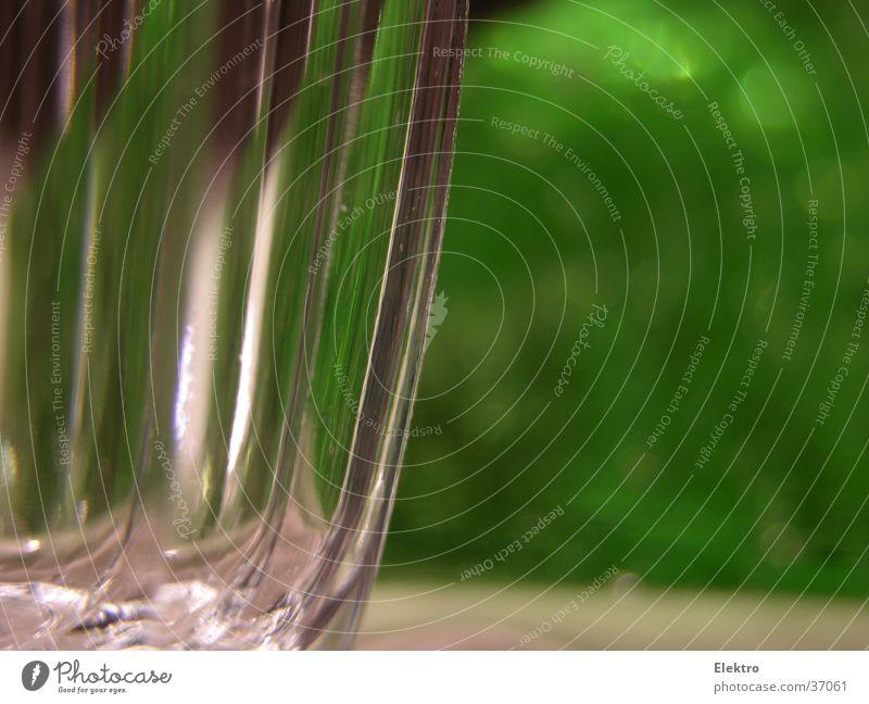 glasgrün Glas Wasserglas Weinglas Tisch Geschirr Sekt Weihnachtsdekoration Lichtbrechung leer Makroaufnahme Nahaufnahme Alkohol Riffel Tischwäsche Gedeck