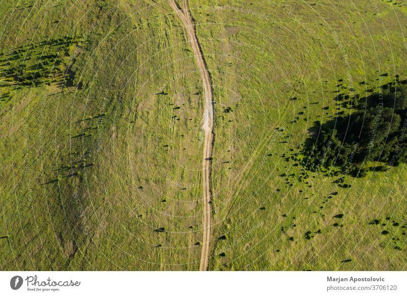 Luftaufnahme eines Feldweges, der durch Bergflugzeuge führt oben Abenteuer Antenne Ackerbau Hintergrund schön Schönheit Landschaft Schmutz Dröhnen Ökologie
