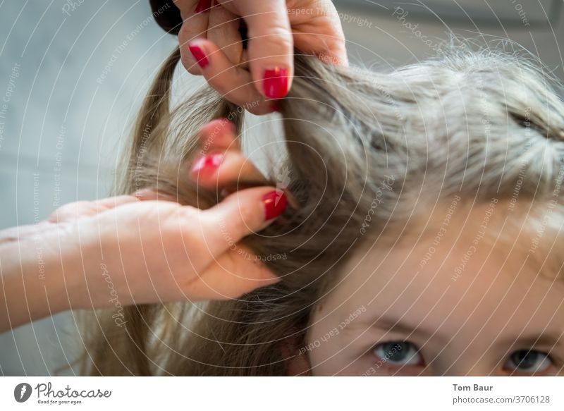 Hände einer Frau flechten Haare eines Mädchens Frauenhände frauenhandel Flechten Haare & Frisuren haare flechten Zopf französischer zopf langhaarig Kopf feminin