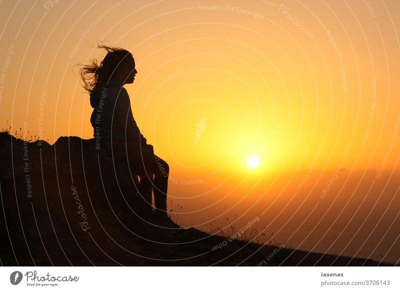 Teenager-Mädchen schaut sich Sonnenuntergang an Sonnenuntergangsstimmung Sonnenuntergangshimmel Teenagermädchen Urlaubsstimmung Abendsonne Abendstimmung