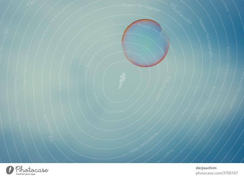 Unbekanntes Flug Objekt, Wasserblase am blauen Himmel in verschiedenen Farben- Blase Nahaufnahme blasen Luft Seifenblase mehrfarbig Reflexion & Spiegelung