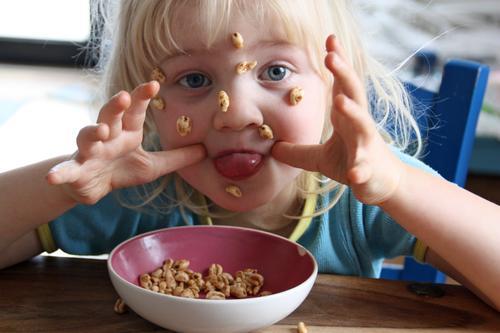Antiautoritäre Frühstücksszene Lebensfreude frech freigeist Gute Laune herzerfrischend Kindheit Zunge rausstrecken zunge zeigen Müsli unangepaßt kindlich