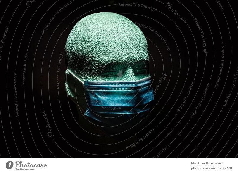 Waring ist fürsorglich. Menschlicher Kopf aus Styropor mit Gesichtsmaske. KOVID-19 Textfreiraum vereinzelt menschlich Kunst Tragen ist fürsorglich Pandemie
