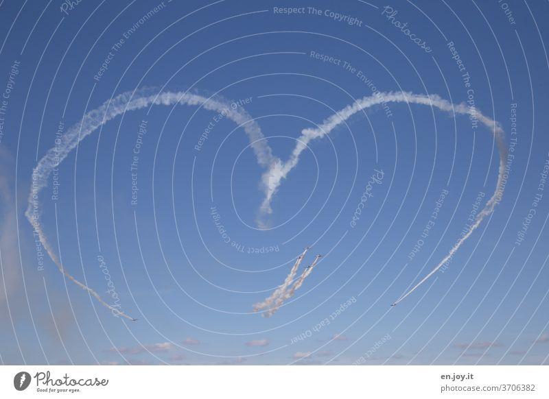 Liebe für alle Herz Romantik Flugshow Flugzeuge Kondensstreifen Himmel Blau Schönes Wetter blau Luftverkehr fliegen Freiheit Ferien & Urlaub & Reisen