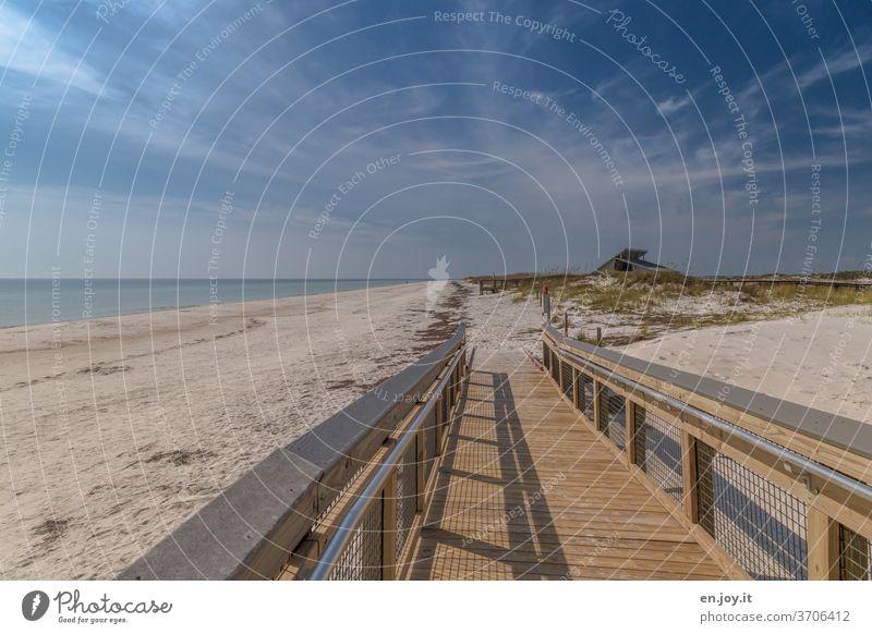 Ruhe am Strand Holzweg Bohlenweg barrierefrei Leer Sand Meer Florida USA Amerika Nordamerika Urlaub Reise Weitwinkel Himmel Horizont schleierwolken Geländer