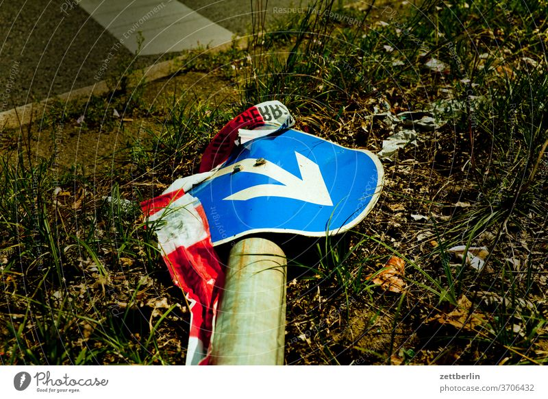 Verkehrsschild mit Pfeil (1) abbiegen asphalt autobahn ecke fahrbahnmarkierung fahrrad fahrradweg hinweis kante kurve linie links navi navigation orientierung