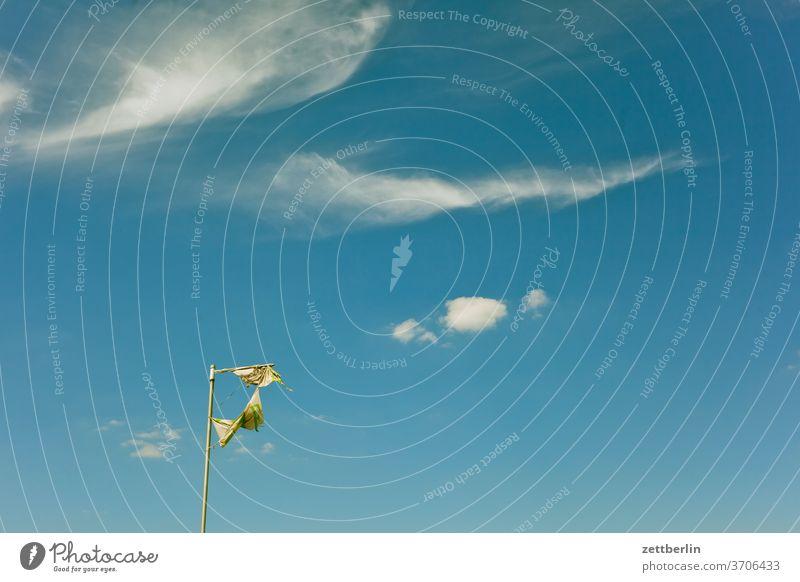 Zerfetze Fahne, zerfetzte Wolken abend altocumulus drohend dunkel dämmerung düster fahne fahnenmast farbspektrum feierabend fetzen froschperspektive gewitter