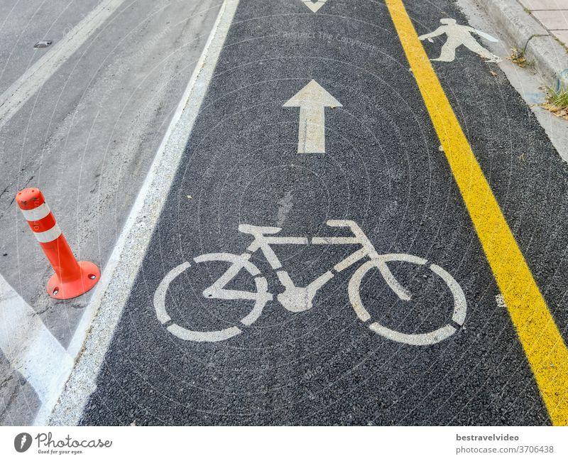 Neuer Radweg für den städtischen Nahverkehr mit gelber Trennlinie neben einer Asphaltstraße. Fahrräder dürfen nur auf markierten Radwegen entlang der Fahrradinfrastruktur in Thessaloniki, Griechenland, benutzt werden.