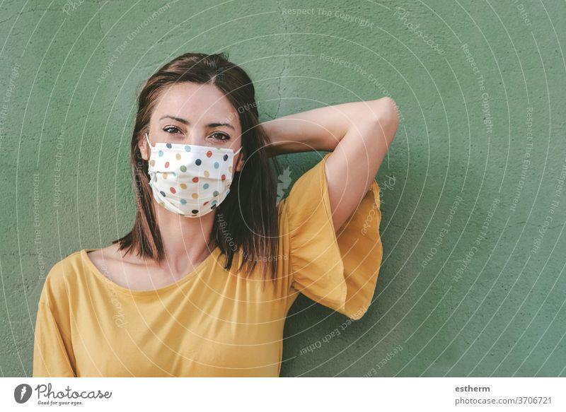 Junge Frau mit medizinischer Maske Coronavirus Virus medizinische Maske Seuche Pandemie Quarantäne Spaß lustig covid-19 Symptom Medizin Gesundheit schön elegant