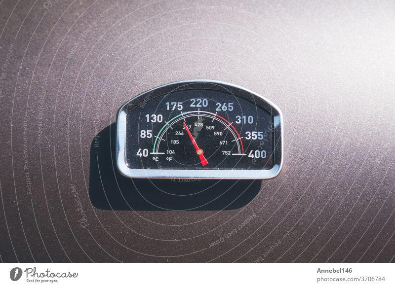 Temperatur des BBQ-Grills wird auf dem Deckel angezeigt. Temperaturanzeige des Grillplatzes, 170 Grad bereit für Fleisch, Steak zum Grillen Messgerät grillen