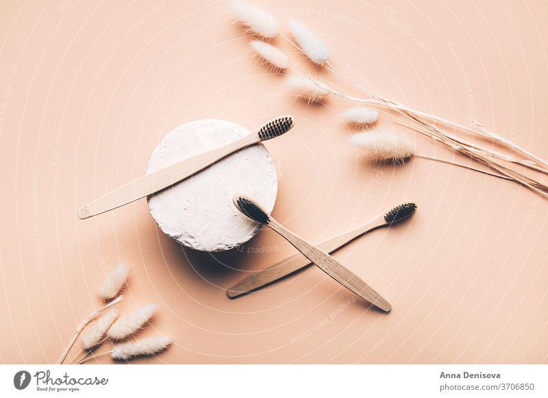 Zahnbürsten aus Bambusholz kunststofffrei hölzern abbaubar Podium weiß Öko Natur organisch natürlich Bad Abfall null Holzkohle-Borsten Sauberkeit Bürste