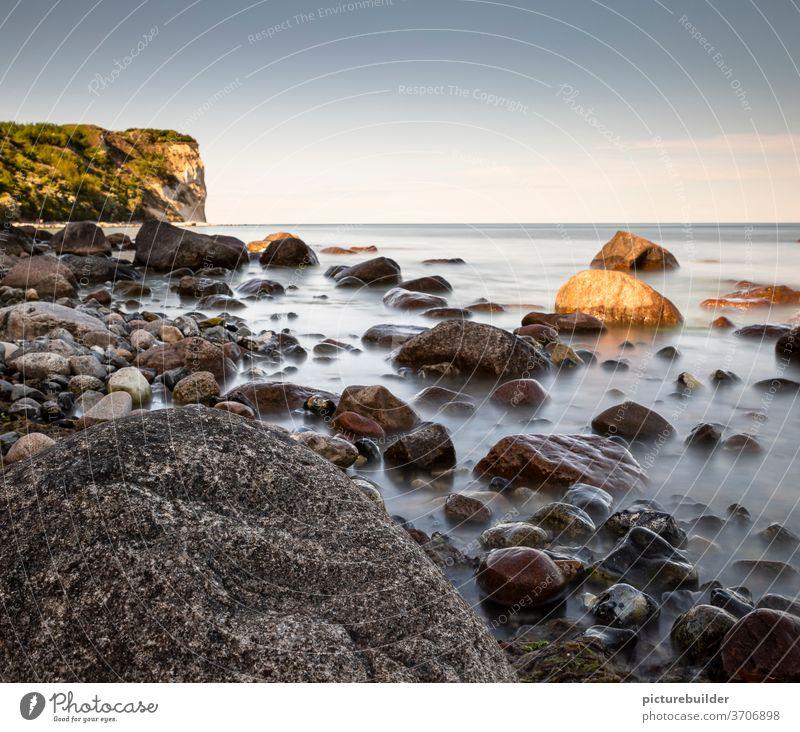 Steine am Strand Meer Küste Wasser Ufer Tag Langzeitbelichtung Himmel Horizont blau maritim Natur Wolken Meereslandschaft Sommer Felsen im Freien Küstenlinie