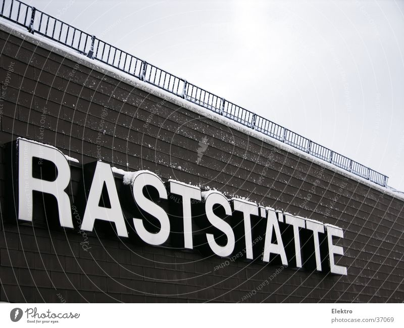 Mach mal Pause Autobahnraststätte Parkplatz Schriftzeichen Restaurant Gastronomie Wort Schlagwort Großbuchstabe Leuchtbuchstabe Leuchtreklame Menschenleer
