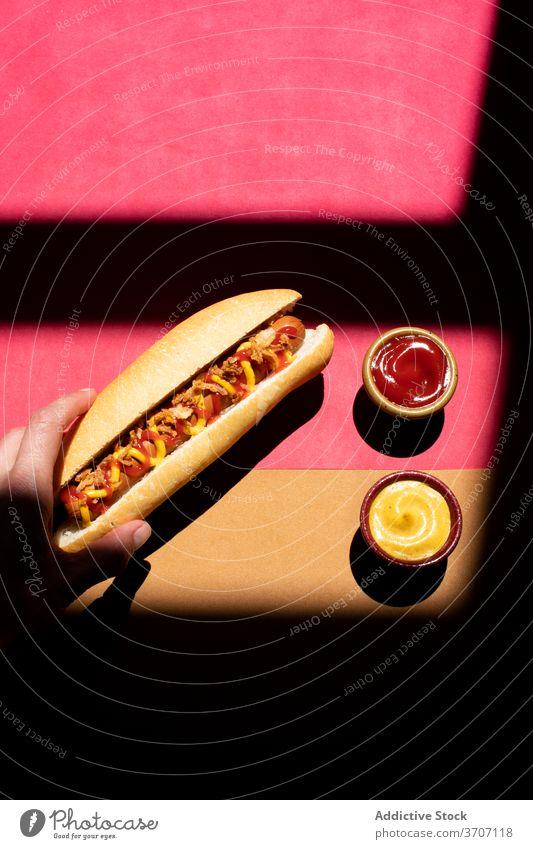 Frankfurter Hot Dog mit Senf und Ketchup Nahaufnahme kulinarisch Zickzack Belegtes Brot weiner Hintergrund frankfurter Wurstwaren Snack Mittagessen Brötchen