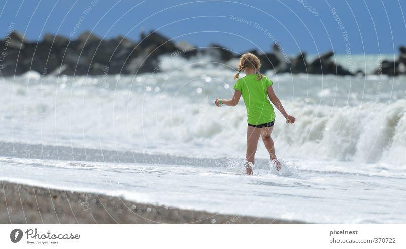 Urlaub Mensch Frau Kind Ferien & Urlaub & Reisen grün Sommer Sonne Meer Erholung Mädchen Freude Strand Küste gehen Wellen blond