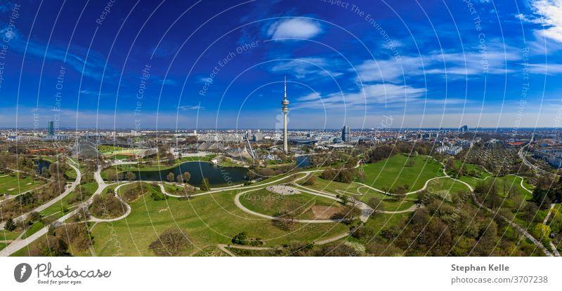 Beliebter Blick über die bayerische Landeshauptstadt als Drohnenschuss-Panorama im Frühling, Wohlfühlen und Genießen. München Antenne Schönheit blau Himmel
