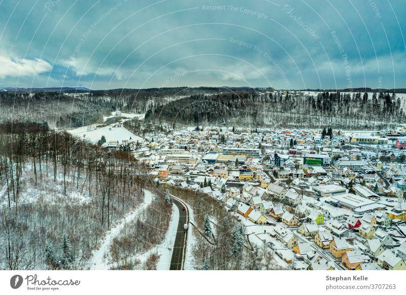 Albstadt, Schneestadt an der Schwäbischen Alb in weiß gepuderter Winterlandschaft mit wolkenblauem Himmel. schwaebische albstadt lebend Dröhnen Pulver