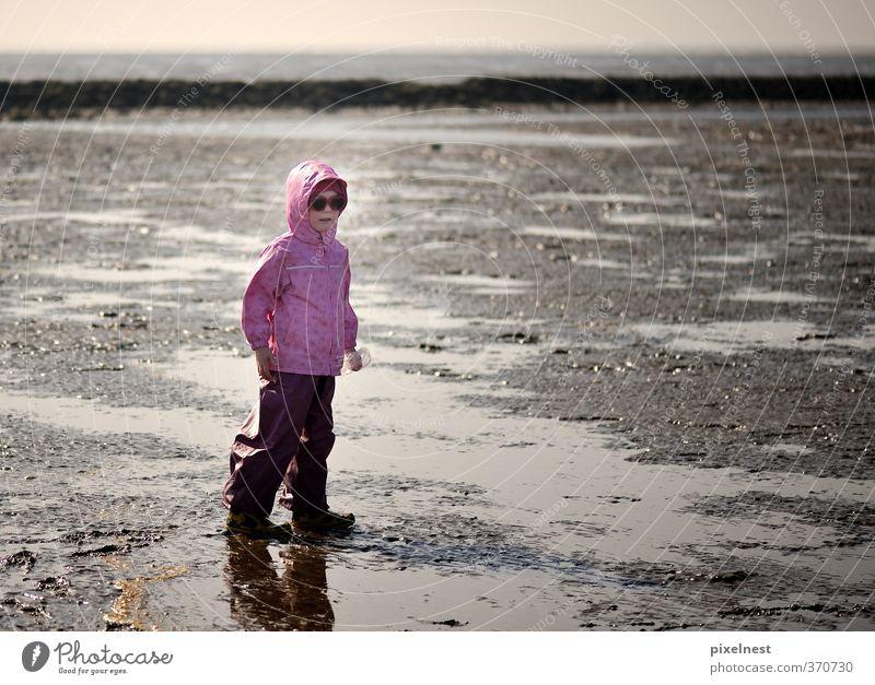 Mädchen im Watt Mensch Kind Ferien & Urlaub & Reisen blau Wasser Sommer Sonne Meer Wolken Strand Ferne Spielen Küste Sand Horizont