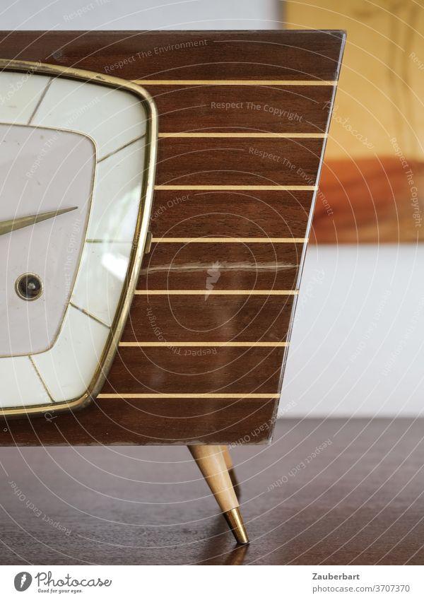 Tischuhr aus den 50ern mit Schleiflack und Messing Uhr mid-century schräg messing Holz Streifen braun vintage Detailaufnahme Zeiger Zifferblatt Nostalgie