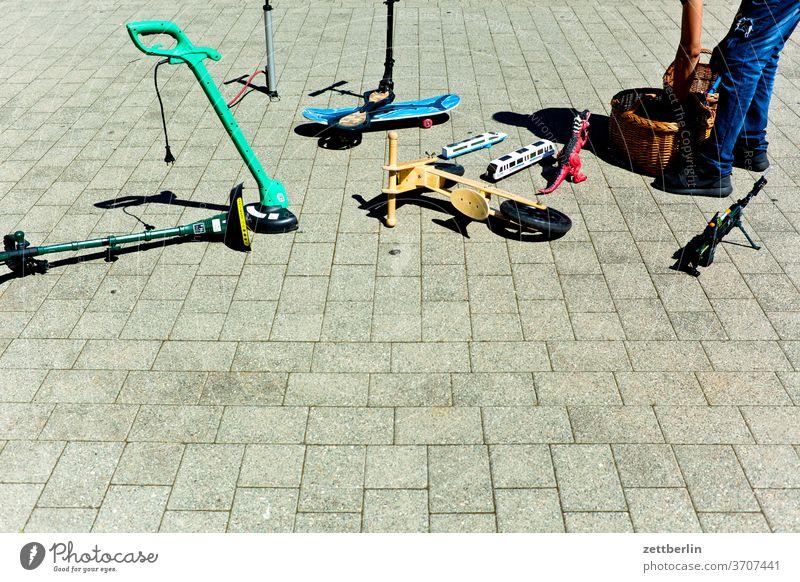 Flohmarkt im Endstadium flohmarkt sachsen sachsen-anhalt stadt stassfurt urban roller spielzeug aufräumen abräumen zusammenpacken ende versanstaltung maann