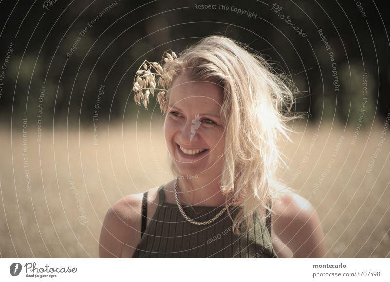 junge dame mit korn im haar in einem kornfeld Gesicht Mund Farbfoto Tag seriös Freundlichkeit Frau Stimmung Außenaufnahme Porträt authentisch Leben 30-45 Jahre