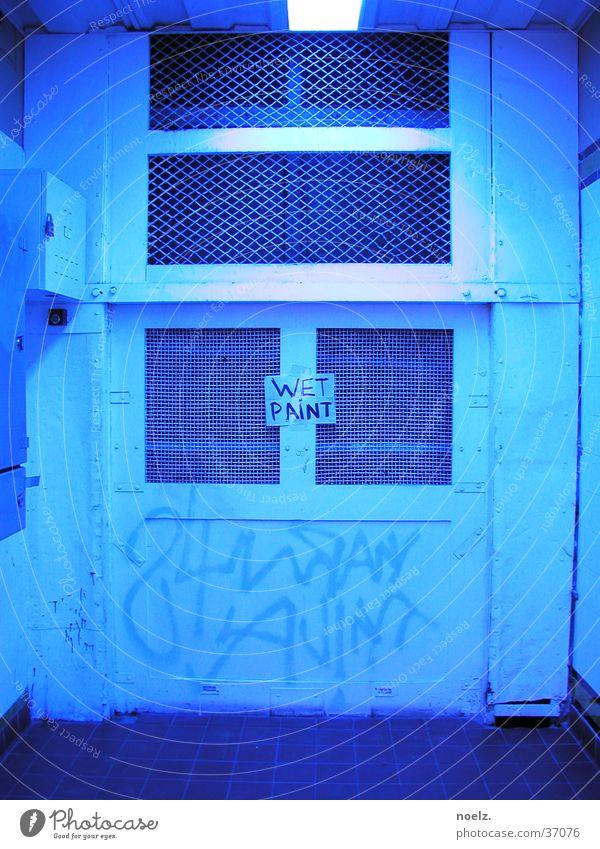 TUER | WET | PAINT Licht Hütte halbdunkel gestrichen Fototechnik Tür blau Grafitti Wet paint vernagelt blaues Licht Farbe
