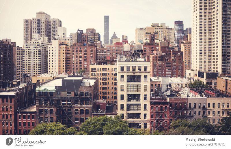Retro-getöntes Bild der New Yorker Stadtlandschaft, USA. Wolkenkratzer Großstadt New York State panoramisch Skyline retro gefiltert Gebäude Stadtbild urban Haus