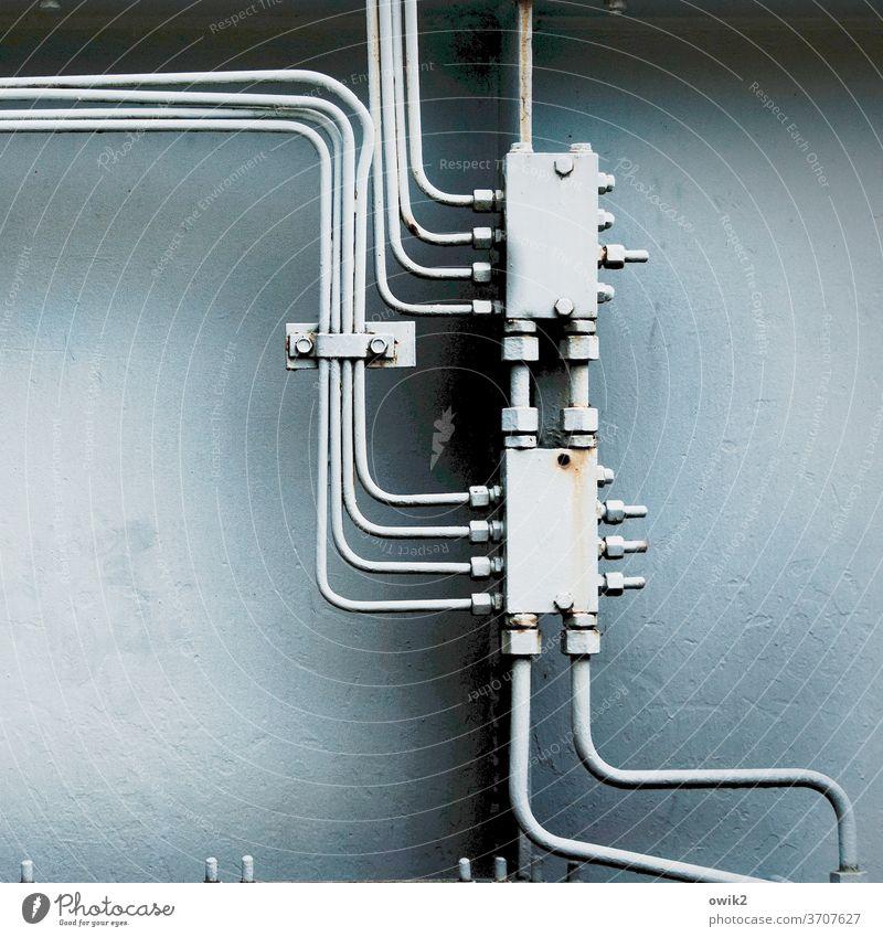Verknüpft Technik & Technologie Metall Kontakt komplex Farbfoto Menschenleer Textfreiraum links Versorgung funktionieren Arbeitsgeräte fest alt Stecker Kabel