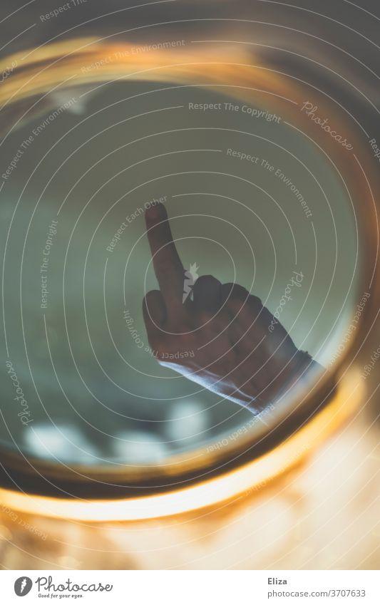 Dem Spiegelbild den Mittelfinger zeigen Wut Frustration Ärger Fick Dich Selbsthass Aggression Stinkefinger Kommunizieren Konflikt Streit trotzig Gefühle gereizt